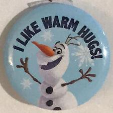 """Disney Frozen Olaf Muñeco de nieve que me gusta cálidos abrazos 1 1/4"""" Botón Pin Cordón Encanto Nuevo"""
