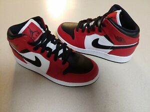 Air Jordan 1 Mid GS Chicago Black Toe