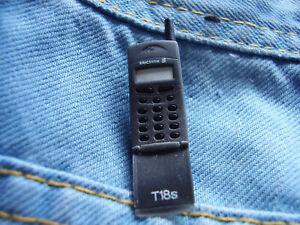 Pin Ericsson Handy Klapphandy Telefon zum aufklappen 3D in grau Sony Ericsson
