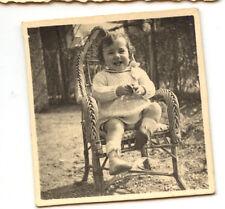 Enfant assis sur fauteuil en osier - photo ancienne amateur an. 1934