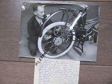 PHOTO DE PRESSE 1955 M. JOLIBERT PRESENTE SON INVENTION FREIN RETROPEDALAGE VELO