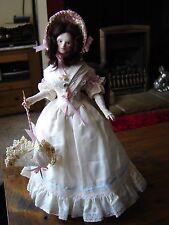 """Hermosa Muñeca de porcelana en atuendos. Vestido De Seda. aproximadamente 12"""" de alto."""