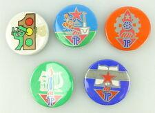 #e1989 Fünf verschiedene Anstecker /Buttons der Jungpioniere JP DDR im Etui