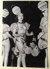 PHOTO de ROBERT DOISNEAU cabaret pigalle danseuse danse carnaval