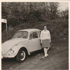 Foto Frau vor VW Käfer  Auto Oldtimer Reklame Coca Cola