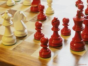 "RED & WHITE WOODEN CHESSMEN - LUSTROUS INTERNATIONAL STANDARD SET - K=3¾"" (627)"
