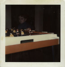 PHOTO ANCIENNE - VINTAGE SNAPSHOT - POLAROID BABY FOOT JEU ENFANT ETRANGE -  GAME 786b65d5ff65