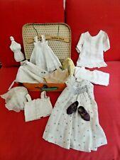 Mallette  ancienne avec vetements et accessoires de poupée ancienne