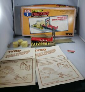 TYCO #3460 US 1 TRUCKING ELECTRIC RED LINE CRATE UNLOADER WITH BOX & PAPER