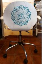 Bielone, drewniane krzesło obrotowe z mandalą