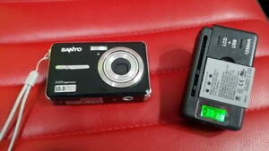 Sanyo E1075 10.0MP Digital Camera - with Battery , Charger