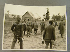 Pressefoto, KB Altstadt 89204: Soldat mit MP 40, Stielhandgranate, Gefangene