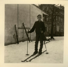PHOTO ANCIENNE - VINTAGE SNAPSHOT - ENFANT SKI RUE NEIGE - CHILD SKIING STREET