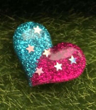 Blu Rosa Sparkly Glitter Cuore Stelle Kitsch Pin Badge 30MM