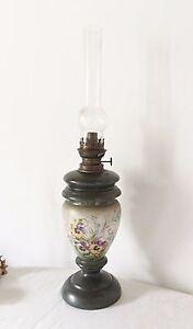Ancienne lampe à pétrole en opaline émaillé 63 cm Décor floral 19 eme Laiton