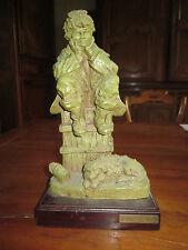 Sculpture de Josep BOFILL. Jeune homme assis sur une caisse.Chien à ses pieds.