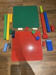 Lego Duplo: 2  große Bauplatten, ca. 38 x 38cm, rot, grün Und ein Paar Bausteine