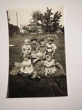 7 kleine Kinder im Garten auf einer Decke - Jungen Mädchen Kleinkinder / Foto