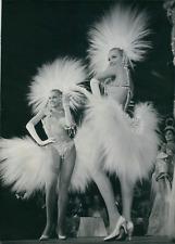 Danseuses et actrices jumelles Alice et Ellen Kessler au Lido, 1959, vintage sil