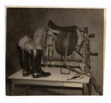 PHOTO ANCIENNE Nature morte Équitation Bottes Selle Cheval Hippisme Vers 1950