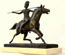 SCULPTURE EN BRONZE - Guerrier sur le cheval signé sur travertinsockel