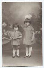 BP239 Carte Photo vintage card RPPC Enfant fillettes soeurs habits identique