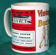 Boxe. Henry Cooper V Amos Johnson. 1965 Empire Pool rétro programme Mug. NEUF. Entièrement NEUF dans sa boîte