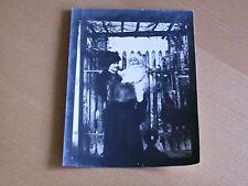 Foto AK 11k532 signora con piccolo bambino davanti a un recinto