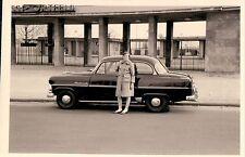 Orig. Foto AUTO OPEL REKORD Frau Reichsportfeld Berlin Eingang 50er Ja.