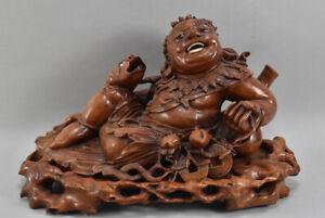 k68b34- Skulptur, liegender Chinese mit Fisch, China, Holz mit Glasaugen