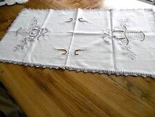 Chemin de table en coton avec broderies grises 90 x 45 cms