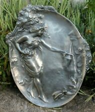 joli plaque en étain jeune femme a la fontaine art nouveau