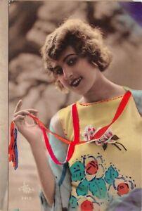 Cartolina - Postcard - Donna- abito giallo a fiori - pettinatura d'epoca