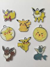 8 POKEMON GO CHARM/PENDANTS-ENAMEL/METAL-JEWELLERY/KEYRINGS-28MM-PIKACHU