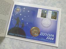 2€ COMMÉMORATIVE VATICAN 2009 + ENVELOPPE + TIMBRES. VATICAN EUROPA 2009.