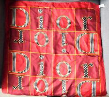 Petit carré Dior Rouge à motifs Dimension 56 x 56 cm roulotté main Soie f717cacf11d