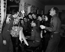 BETTY HUTTON SINGS WITH TROOPS AT THE HOLLYWOOD CANTEEN - 8X10 PHOTO (ZZ-350)