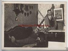 (F3367) Orig.Foto junge Männer posieren m. Pfeife i. Zimmer, Studenten? v. 1945