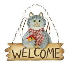 """Gatto in legno con cartello """"welcome"""" (""""benvenuto"""") e sciarpa di tela, cm 26x22"""