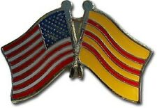 USA - SOUTH VIETNAM FRIENDSHIP CROSSED FLAGS LAPEL PIN - NEW - COUNTRY PIN