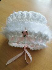 2-3 Años Bebé Niña Crochet Sombrero. Blanco Marabú y rosa de cinta y Rosebuds
