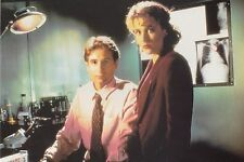 THE X-FILES 1995 POSTCARD FOX MULDER AND DANA SCULLY (105-393)