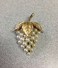 BEAUTIFUL VINTAGE CROWN TRIFARI FAUX PEARL GRAPES BROOCH WITH GOLDTONE ACCENTS