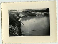 PHOTO ANCIENNE - PHOTO RATÉE PÊCHEUR-MAN FISHING CURIOSITY CAR-Vintage Snapshot
