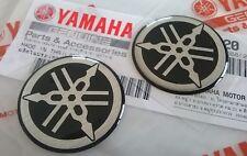 2 X 30mm Yamaha Stimmgabel Schwarz / Silber Gel Abziehbild Plaketten-Logo UK