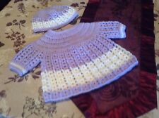 Una nuova mano all'uncinetto bambina Angel Vestito e Cappello Set 3 - 6 LAV Lilla & Bianco