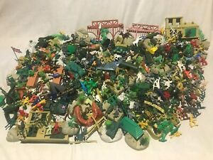 Large lot - plastic toy soldiers,cowboys+Indians,knights ,dinosaurs over 400 pcs