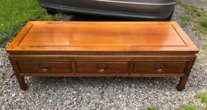 A VINTAGE ROSEWOOD ORIENTAL CHINESE COFFEE TABLE WITH 3 DRAWERS
