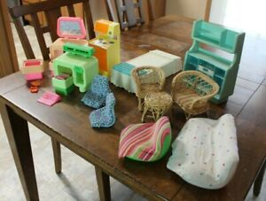 MATTEL LARGE LOT OF VINTAGE BARBIE DREAM HOUSE FURNITURE, COUCHES, BED ++++
