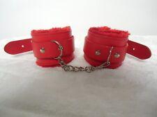 Menottes rouges simili faux cuir fourrées fourrure rouge 3 rivets chaine métal